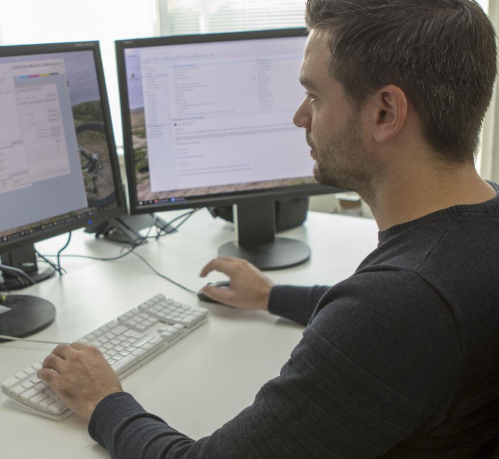 Martin druk aan het werk met programmeren