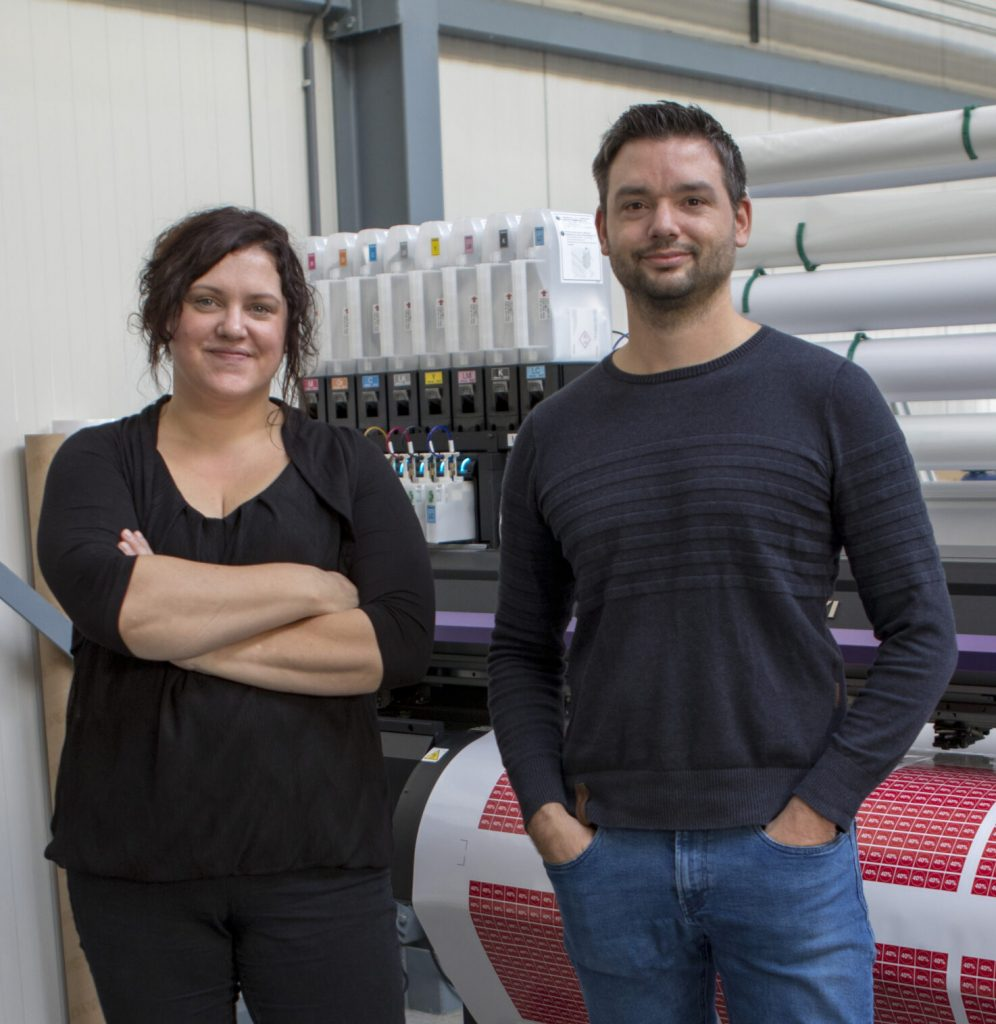 Martin en Margriet bij de Mimaki solvent printer in de productiehal